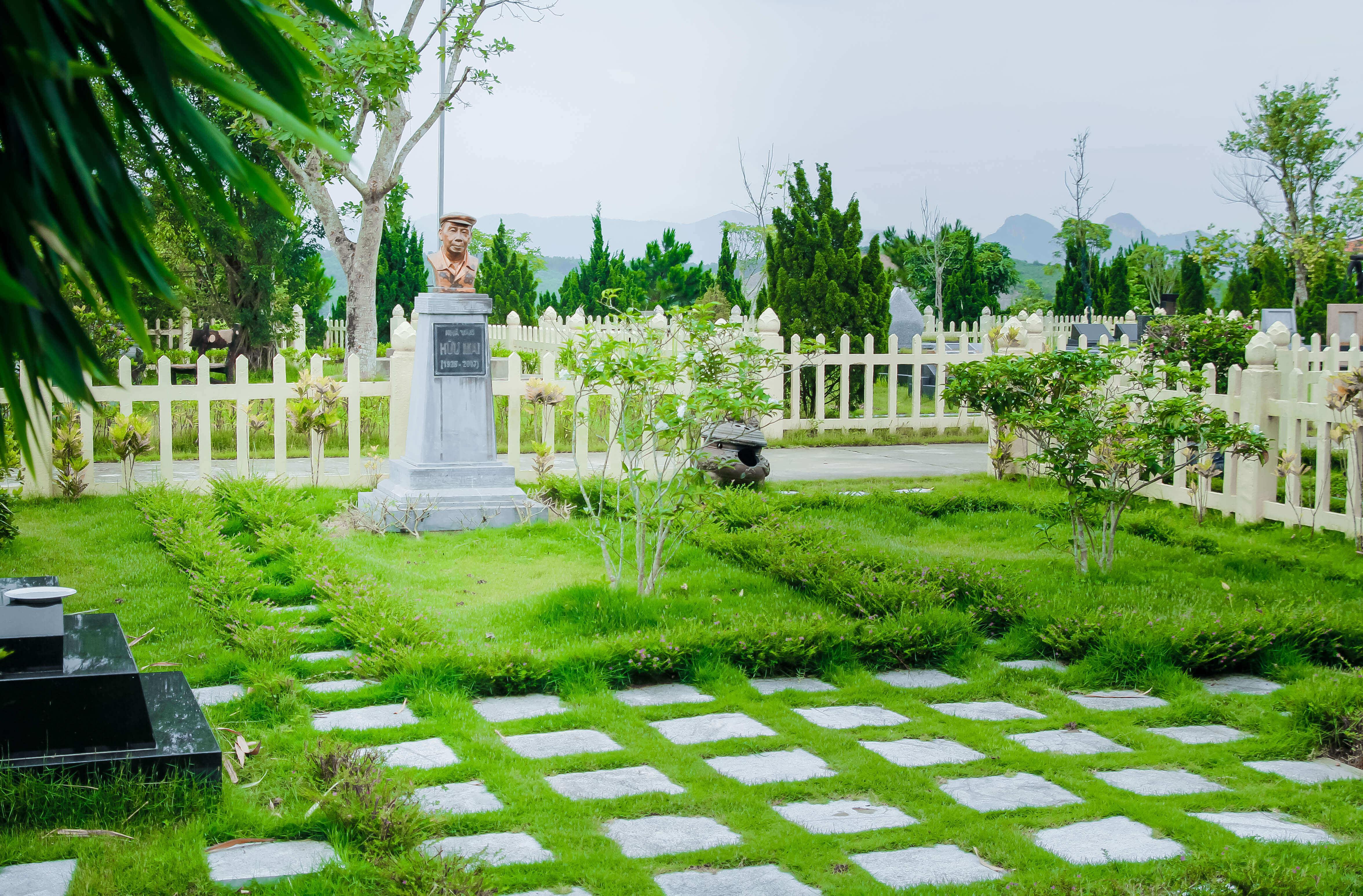 Khuôn viên cố nhà văn hữu mai nghĩa trang lạc hồng viên